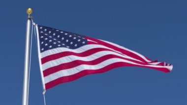 A United States flag blows in the wind — Stock Video