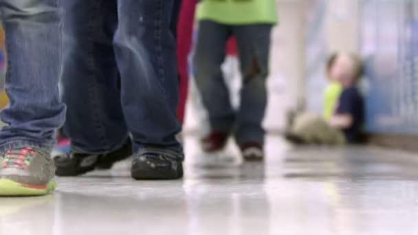 Tiro rasante de jóvenes estudiantes de primaria — Vídeo de stock