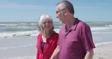 Senior couple walking on beach — Stock Video