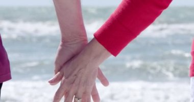 Adult couple holding hands — Vídeo de stock