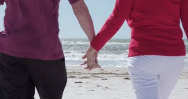 Romantic senior couple at ocean — Vídeo de stock