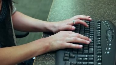 Woman is typing with pain in wrist — Vídeo stock
