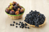 Black grapes and figs — Stock Photo