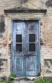 Vieja pared de la casa blanca con puerta azul — Foto de Stock