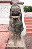 Бронзовый лев или китайские скульптуры в Chandrakasem Palace — Стоковое фото