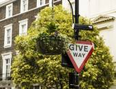 Give way sign in London — Stock Photo