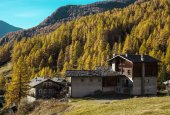 Mountain cottages in Aosta Valley — Stock Photo