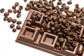 Chocolate bar with coffee beans close-up — Foto de Stock