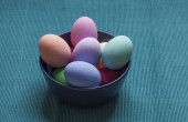 Bowl of painted Easter eggs — Stockfoto