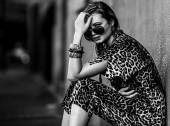 Weak woman sitting in the city black and white — Foto Stock