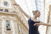 Pretty dancer performing in the city — Stock Photo