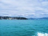 Seascape seen from the watercraft and overcast sky — Stock Photo