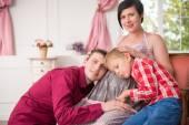 Hamile bir kadın bebeğini bekliyor — Stok fotoğraf