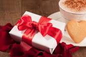 Closeup image of present and cup coffee — 图库照片