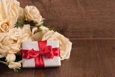 Bouquet of white roses and gift box — Stock Photo