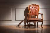 壁に茶色のクラシックなアームチェア — ストック写真