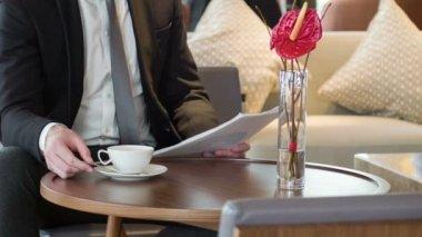 Hombre de negocios, lectura de documentos en sala de reuniones — Vídeo de Stock