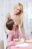 Matka pomaga córka z pracy do domu — Zdjęcie stockowe