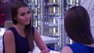 Twee vrienden zijn praten op toog — Stockvideo