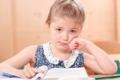 Trauriges Mädchen-Lesung — Stockfoto
