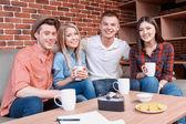 Happy vänner på ett kafé — Stockfoto
