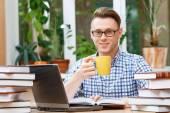 Junger Student in einer Bibliothek arbeiten — Stockfoto