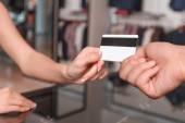 Kobieta płaci kartą kredytową — Zdjęcie stockowe