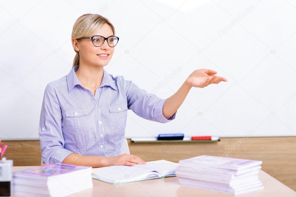 у учительницы под столом фото