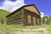 Vintage cabane en rondins dans la vieille ville minière abandonnée — Photo