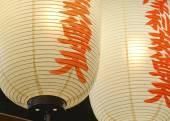Tradiční japonské lucerny svítí v noci — Stock fotografie