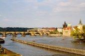República Checa. Praga. Vista del puente de Carlos desde el río Moldava — Foto de Stock