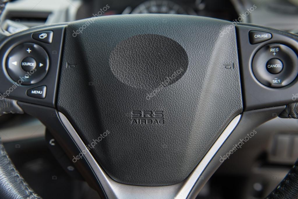 在汽车方向盘上的特写的驾驶员安全气囊– 图库图片