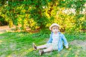 Outdoor portrait of a cute toddler boy on a nice sunny day — Zdjęcie stockowe