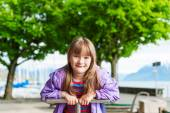 Outdoor portrait of adorable little girl in a park on a nice day — Zdjęcie stockowe