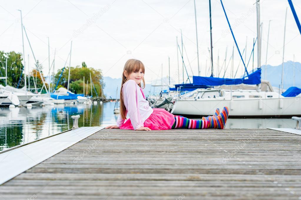sitzen auf einem Pier tragen bunte Strumpfhosen und Stiefel, Rosa Rock ...