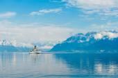 Pary łódź z flagą swiss unoszące się nad Jeziorem Genewskim — Zdjęcie stockowe