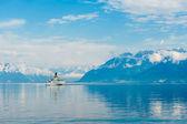Пароход со швейцарским флагом, плавающим на Лейк-Женеве — Стоковое фото