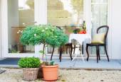 Beautifully decorated small yard — Stock Photo