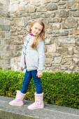 Portrait en plein air d'une petite fille mignonne — Photo