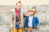 时尚的可爱的孩子们在户外的肖像 — 图库照片