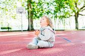 Outdoor Portret van een schattige peuter jongen op een sport schoolplein — Stockfoto