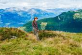 Bedårande liten flicka på toppen av berget titta på den fantastiska dalen — Stockfoto