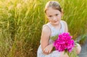 Bliska portret słodkie dziewczynki z piękne różowe piwonie — Zdjęcie stockowe