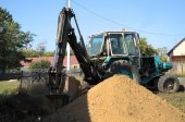 Tractor digging a hole with shovel — 图库照片