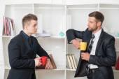 Dois empresários de terno tendo um coffee-break — Fotografia Stock