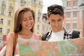 Couple of tourists looking at the map — Stock Photo
