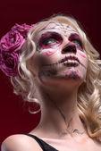 Portret van blond meisje met Calaveras make-up en een roos fl — Stockfoto