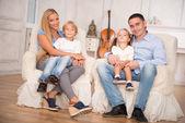Gelukkige familie geïsoleerd op witte achtergrond — Stockfoto