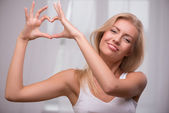 Girl showing heart — Stock Photo