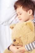 Porträtt av en pojke som sover med Nalle — Stockfoto